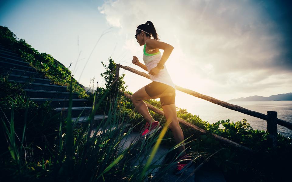 Kobieta biegnie po schodach