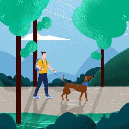 Mężczyzna z psem na spacerze w lesie